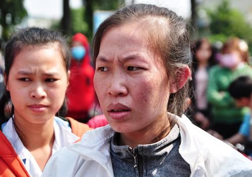 Các công nhân điêu đứng vì không có tiền về Tết. Ảnh: Thái Hà.