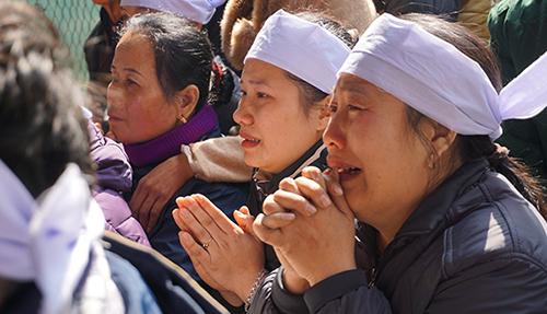 Người thân khóc nghẹn trong đám tang nam sinh Hoàng Đức Hải. Ảnh:Lê Hoàng.