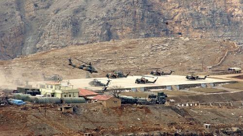Trực thăng quân sự Thổ Nhĩ Kỳ cất cánh gần