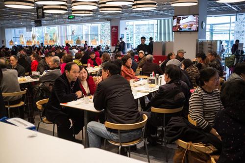 Quán cafe thuộc chuỗi cửa hàng nội thất Ikea ken đặc khách hàng vào một chiều thứ Ba. Ảnh: Quartz.