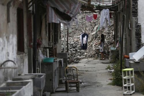 Những căn nhà cũ trong một ngõ nhỏ ở Thượng Hải được tháo dỡ lấy mặt bằng xây dựng nhà cao tầng vào năm 2013. Ảnh: Reuters.
