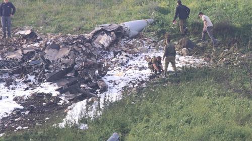 Lực lượng an ninh Israel bên xác máy bay F-16 gần làng Harduf, miền bắc nước này. Ảnh: RT.