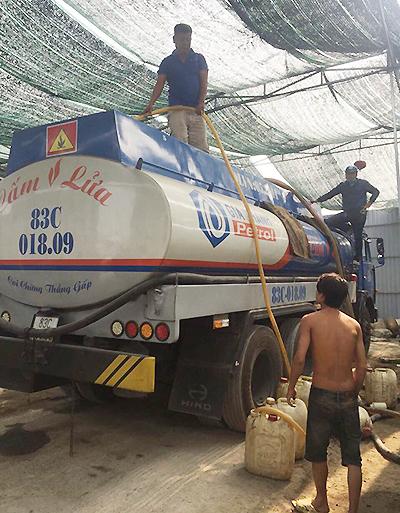 Cảnh sát phá cửa kho, vây bắt nhóm rút ruột xăng dầu ở Sài Gòn