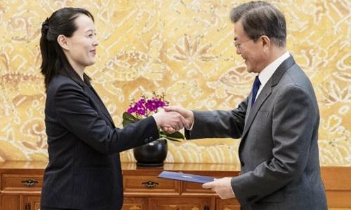 Tổng thống Hàn Quốc Moon Jae-in nhận thư của lãnh đạo Triều Tiên Kim Jong-un được gửi qua em gái Kim Yo-jong. Ảnh: AFP.
