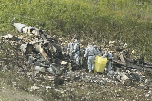 Mảnh vỡ của tiêm kích F-16 rơi xuống Harduf, miền bắc Israel, ngày 10/2 sau khi bị hệ thống phòng không Syria tấn công trong lúc làm nhiệm vụ tại lãnh thổ nước này. Ảnh: AFP.
