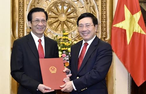 Phó thủ tướng, Bộ trưởng Ngoại giao Phạm Bình Minh trao quyết định nghỉ hưu cho ông Thạch Dư, nguyên Thứ trưởng Bộ Ngoại giao, nguyên Đại sứ đặc mệnh toàn quyền Việt Nam tại Campuchia. Ảnh: BNG