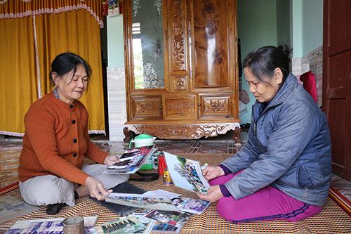 Bà Thớicùng đồng đội Nguyễn Thị Hụng (phải) chia sẻ những khoảnh khắc đi thăm quan các nơi vào những năm hoà bình.Ảnh:Hoàng Táo