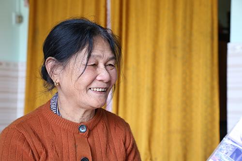 Bà Nguyễn Thị Thới, chính trị viên Đại đội pháo binh Ngư Thuỷ tươi cười kể về thời kỳ bắn tàu chiến của Mỹ. Ảnh: Hoàng Táo