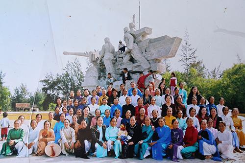 Đại đội nữ pháo binh bên tượng đài được xây dựng nơi từng là trận địa pháo.Ảnh:Hoàng Táo chụp lại