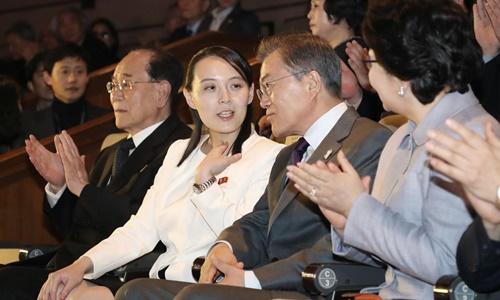 Tổng thống Hàn Quốc Moon Jae-in trò chuyện cùng Kim Yo-jong khi theo dõi buổi hòa nhạc diễn ra hôm nay ở Seoul. Ảnh: AP.