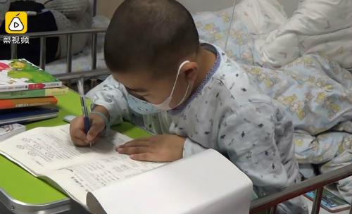 Xu làm bài thi cuối kỳ sau khi trải qua cuộc phẫu thuật. Ảnh: Pear Video