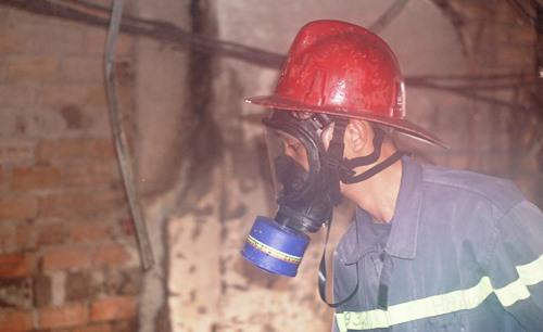 Cảnh sát cứu hỏa đeo mặt nạ tiếp cận hiện trường vụ cháy. Ảnh: Nguyệt Triều.