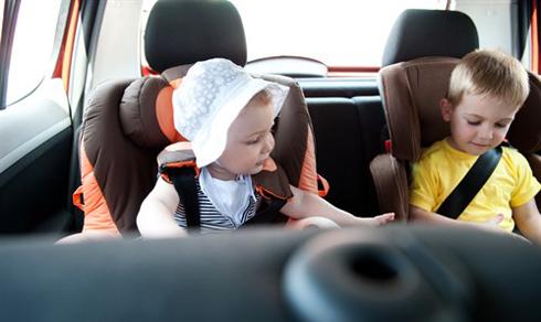 Trẻ em ngồi trên xe cần sử dụng ghế chuyên dụng và luôn thắt dây an toàn.