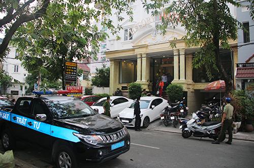 Cảnh sát phong tỏa một khách sạn đểkiểm tra. Ảnh:Quốc Thắng