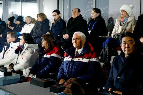 Phó tổng thống Mỹ Mike Pence (hàng một, thứ hai từ phải sang) ngồi cùng hàng với Thủ tướng Nhật Shinzo Abe và vợ chồng Tổng thống Hàn Moon Jae-in tại lễ khai mạc Olympic ngày 9/2. Kim Yo-jongngồi ở hàng sau.