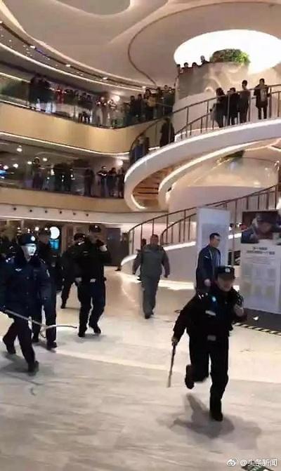 Lực lượng an ninh vội chạy tới khống chế hung thủ. Ảnh: Sina.