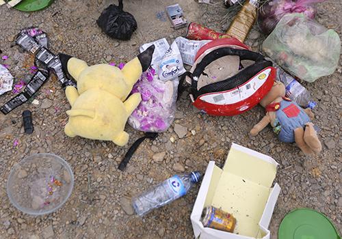 Hành lý của người bị nạn nằm ngổn ngang bên đường. Ảnh: Nguyễn Đông