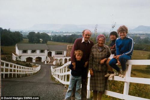 Vance cùng bố mẹ nuôi và anh em ở Bắc Ireland. Ảnh:SWNS