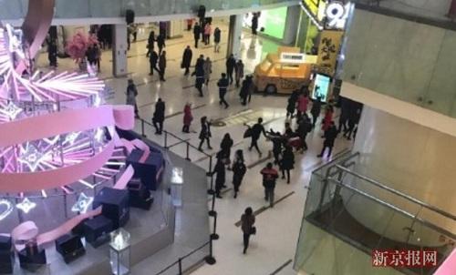 Vụ tấn công xảy ra vào lúc người dân đang tất bật mua sắm trong trung tâm thương mại. Ảnh: Beijing News.