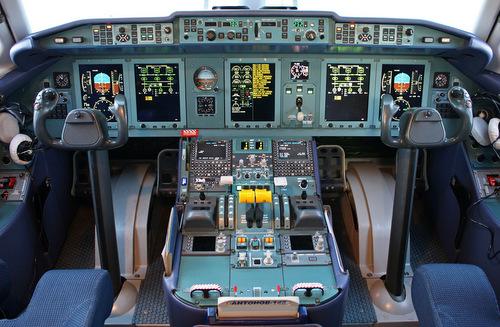 Buồng lái hiện đại của An-148. Ảnh: Airliners.