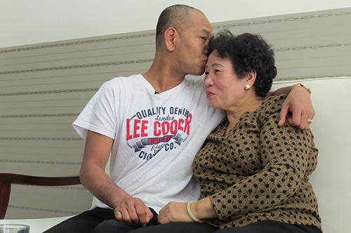 Vance McElhinney - Nguyễn Thanh Châu và mẹ Lê Thị Anh bịn rịn ngày gặp lại.