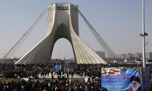 Người dân Iran tham gia lễ kỷ niệm tại quảng trường trung tâm thủ đô Tehran. Ảnh: AFP.