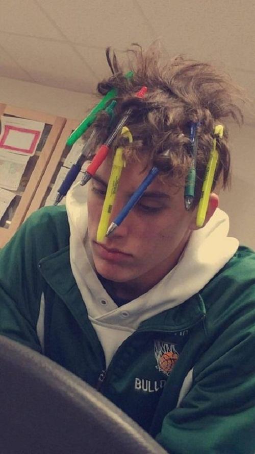 Vừa uốn tóc, vừa đề phòng bỏ quên bút.