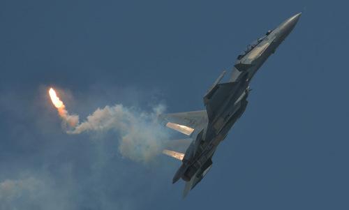 Su-30MKM thả mồi bẫy nhiệt trong động tác lá vàng rơi. Ảnh: Malaysia Defence.