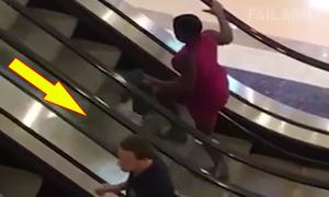 Người đẹp vất vả vì đi ngược thang cuốn trong siêu thị