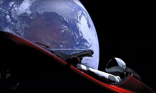 Xe điện Tesla Roadster với hình nộm Starman ngoài không gian. Ảnh:South China Morning Post.