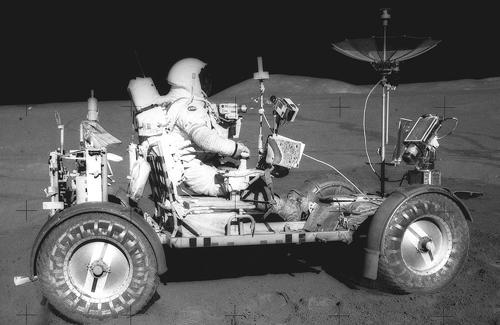 Phi hành gia David Scott điều khiển xe trên Mặt Trăng năm 1971. Ảnh: NASA.
