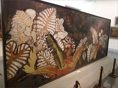 Bức bình phong Dọc mùng trưng bày tại Bảo tàng Mỹ thuật VN.