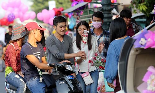 Thanh niên Campuchia mua hoa tặng người yêu trong dịp lễ Valentine. Ảnh:Khmer Times
