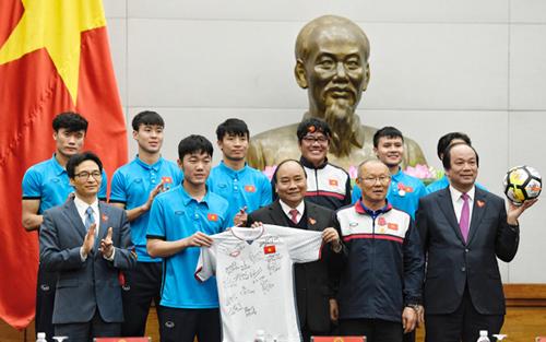 U23 tặng Thủ tướng Nguyễn Xuân Phúc quả bóng và áo đấu trong ngày trở về nước 28/1. Ảnh: Giang Huy.