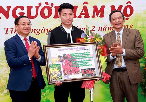 Lãnh đạo tỉnh Hà Tĩnh tặng bức tranh chụp lại khoảnh khắc ăn mừng bàn thắng gỡ hòa 1-1 trong trận chung kết giữa U23 Việt Nam và U23 Uzbekistan cho trung vệ Tiến Dũng. Ảnh: Đậu Hà