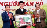 Trung vệ Bùi Tiến Dũng ký tặng ảnh gây quỹ giúp người nghèo đón Tết