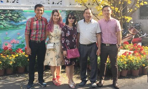 Anh Đào, thứ hai từ trái sang, cùng gia đình đón Tết ở Việt Nam năm ngoái. Ảnh: NVCC.