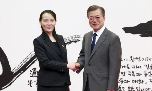 Kim Yo-jong bắt tay Tổng thống Hàn Moon Jae-in ngày 10/2. Ảnh: AFP.