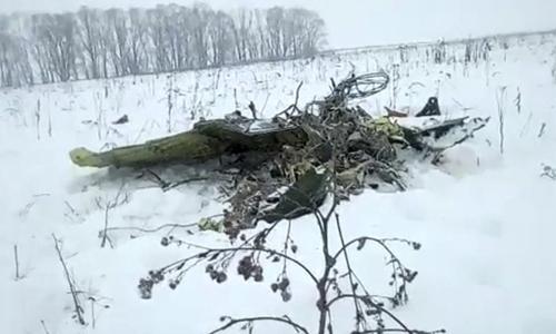 Mảnh vỡ của máy bay Nga tại hiện trường vụ tai nạn. Ảnh: Life.ru.