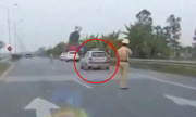 Taxi đánh võng, chạy trốn trước mặt cảnh sát giao thông