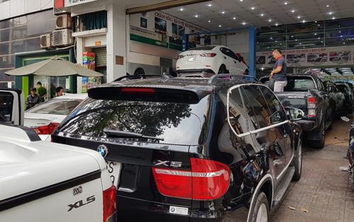 Xe hơi xếp hàng chờ làm đẹp tại một cửa hàng ở quận 5, TP HCM.