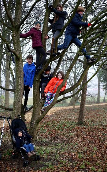 Những đứa trẻ của Michele và Rina tận hưởng sự tự do cùng bạn bè khi lớn lên ở Hà Lan. Ảnh: Clara Molden