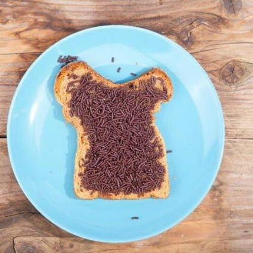 Trẻ Hà Lan thường ngồi cùng cả nhà vàăn hagelslag vào bữa sáng. Ảnh: Alamy