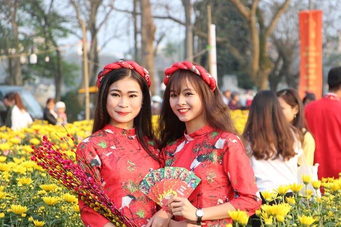 Thiếu nữ Huế diện áo dài chụp ảnh ở chợ hoa xuân