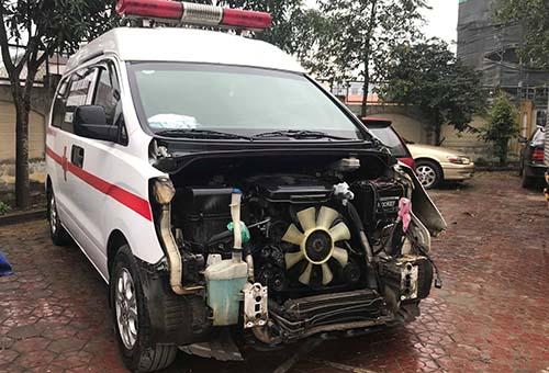 Chiếc xe cứu thương mà Cường đã đem đi sửa sau khi xảy ra tai nạn. Ảnh: Hải Bình.
