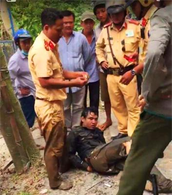 Hải bị cảnh sát bắt gọn khi cách hiện trường gây án 15km. Ảnh: Bến Tre
