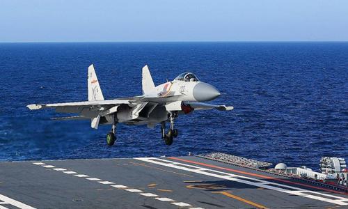 Tiêm kích J-15 Trung Quốc hạ cánh trên tàu sân bay Liêu Ninh. Ảnh: Xinhua.