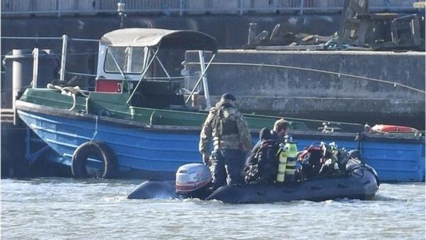 Các thợ lặn Anh đưa quả bom ra khỏi lớp bùn, chuẩn bị di chuyển trên sông Thames. Ảnh: PA.