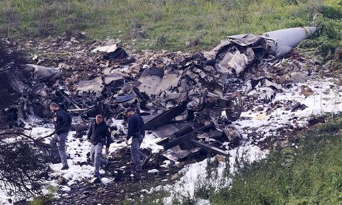 Các nhà điều tra Israel khám nghiệm xác máy bay F-16I. Ảnh: Defense News.