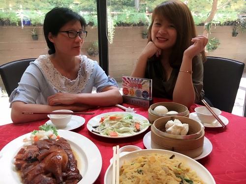 Chị Nguyễn Thị Thủy (trái) và con gái Trang Nhung (phải). Đầu năm 2017, chị đón con gái sang Đài Loan học ngôn ngữ theo nguyện vọng của Nhung. Ảnh: NVCC.